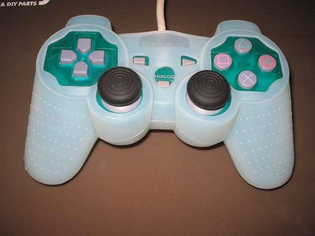 プレイステーション デュアルショックシリーズ (PlayStation DUALSHOCK) シリコンコントローラーカバー ホワイト 装着後のデュアルショック SCPH-110 エメラルド コントローラー ボタン・スティック側表面