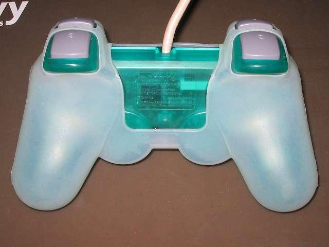 プレイステーション デュアルショックシリーズ (PlayStation DUALSHOCK) シリコンコントローラーカバー ホワイト デュアルショック SCPH-110 エメラルド コントローラー裏面 アナログスティック反対側にシリコンカバーとの隙間あり