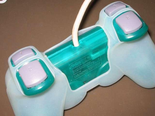 プレイステーション デュアルショックシリーズ (PlayStation DUALSHOCK) シリコンコントローラーカバー ホワイト 装着後のデュアルショック SCPH-110 エメラルド コントローラー裏面別角度から撮影