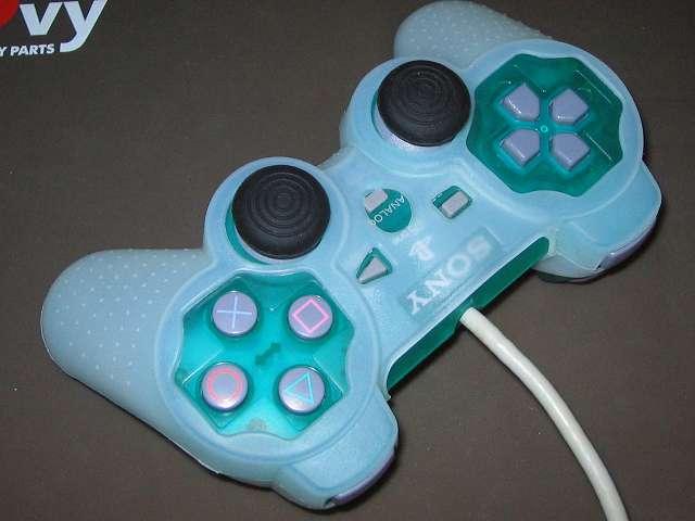 プレイステーション デュアルショックシリーズ (PlayStation DUALSHOCK) シリコンコントローラーカバー ホワイト 装着完了後のデュアルショック SCPH-110 エメラルド コントローラー