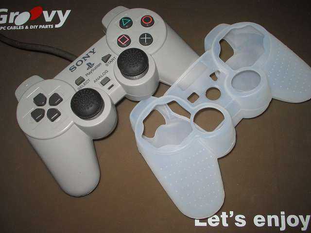 プレイステーション デュアルショックシリーズ (PlayStation DUALSHOCK) シリコンコントローラーカバー ホワイト 装着前のデュアルショック SCPH-1200 コントローラー