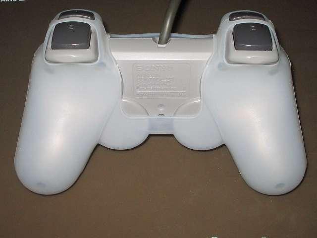 プレイステーション デュアルショックシリーズ (PlayStation DUALSHOCK) シリコンコントローラーカバー ホワイト デュアルショック SCPH-1200 コントローラー裏面 アナログスティック反対側にシリコンカバーとの隙間あり