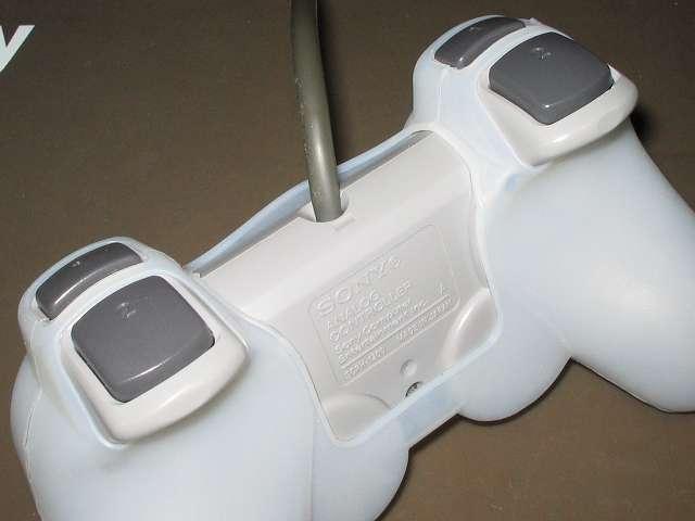 プレイステーション デュアルショックシリーズ (PlayStation DUALSHOCK) シリコンコントローラーカバー ホワイト デュアルショック SCPH-1200 コントローラー裏面別角度から撮影