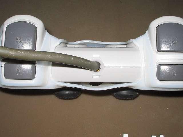 プレイステーション デュアルショックシリーズ (PlayStation DUALSHOCK) シリコンコントローラーカバー ホワイト デュアルショック SCPH-1200 コントローラー ケーブル根本側から撮影、シリコンカバー装着後のコントローラー中央表面と裏面の隙間状態