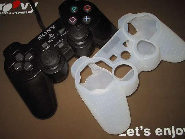 プレイステーション デュアルショックシリーズ (PlayStation DUALSHOCK) シリコンコントローラーカバー ホワイト 装着前のデュアルショック 2 SCPH-10010 コントローラー