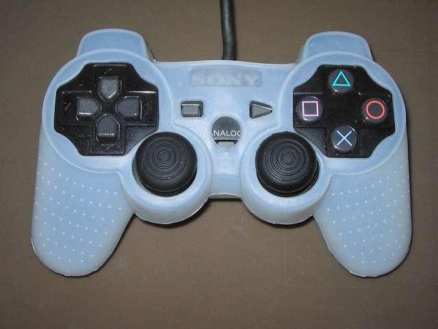 プレイステーション デュアルショックシリーズ (PlayStation DUALSHOCK) シリコンコントローラーカバー ホワイト 装着後のデュアルショック 2 SCPH-10010 コントローラー ボタン・スティック側表面