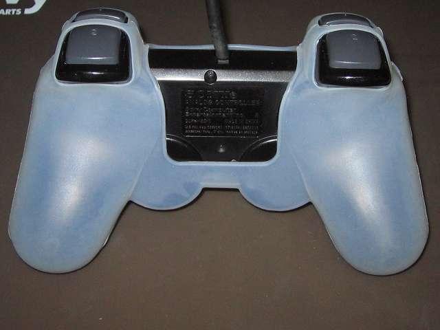 プレイステーション デュアルショックシリーズ (PlayStation DUALSHOCK) シリコンコントローラーカバー ホワイト 装着後のデュアルショック 2 SCPH-10010 コントローラー裏面 アナログスティック反対側にシリコンカバーとの隙間あり