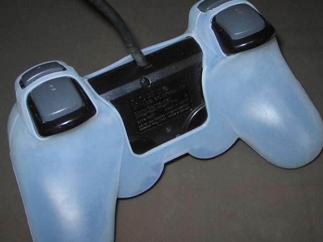 プレイステーション デュアルショックシリーズ (PlayStation DUALSHOCK) シリコンコントローラーカバー ホワイト 装着後のデュアルショック 2 SCPH-10010 コントローラー裏面別角度から撮影