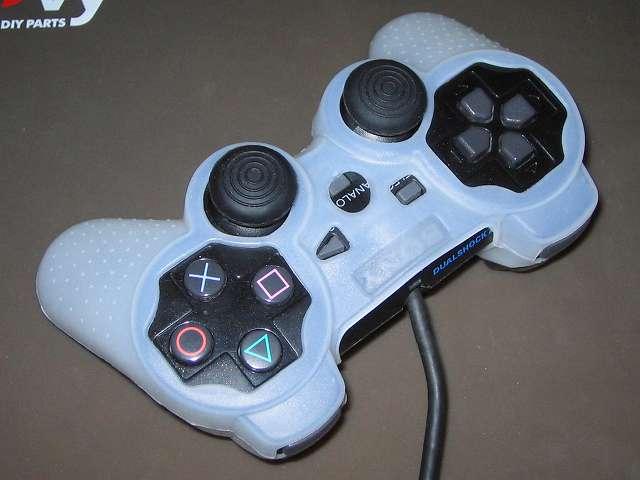 プレイステーション デュアルショックシリーズ (PlayStation DUALSHOCK) シリコンコントローラーカバー ホワイト 装着完了後のデュアルショック 2 SCPH-10010 コントローラー