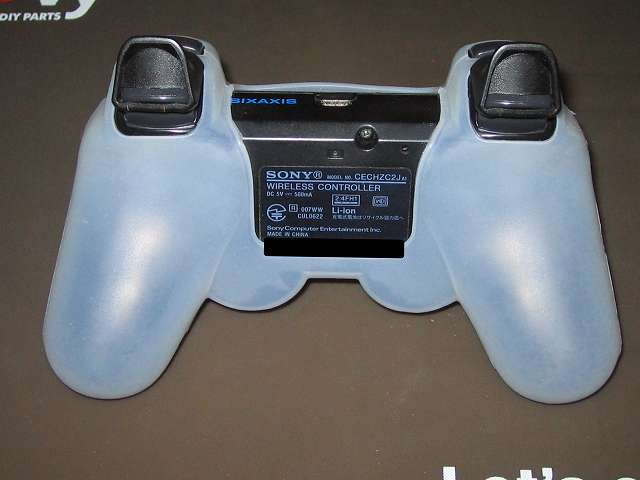 プレイステーション デュアルショックシリーズ (PlayStation DUALSHOCK) シリコンコントローラーカバー ホワイト 装着後のデュアルショック 3 CECHZC2J-A1 コントローラー裏面