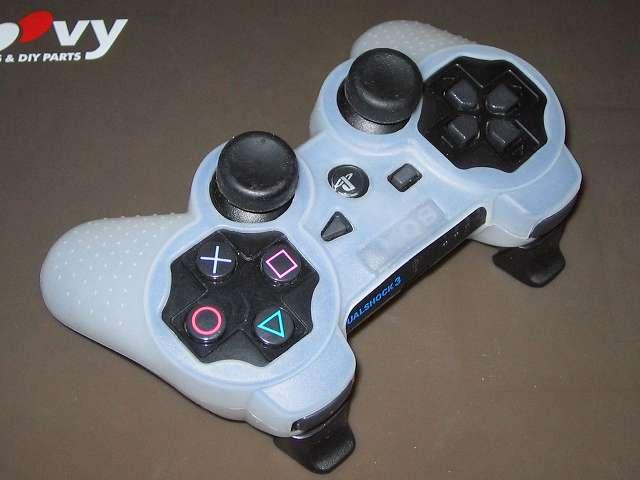 プレイステーション デュアルショックシリーズ (PlayStation DUALSHOCK) シリコンコントローラーカバー ホワイト 装着完了後のデュアルショック 3 CECHZC2J-A1