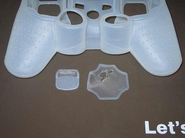 プレイステーション デュアルショックシリーズ (PlayStation DUALSHOCK) シリコンコントローラーカバー ホワイト ボタン穴 切り取り後のゴミ