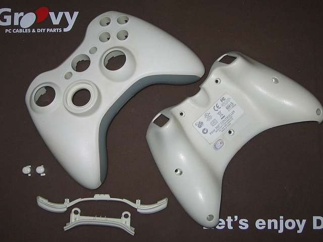 Xbox 360 コントローラー (ホワイト) 黄ばみ取り作業 分解した Xbox 360 コントローラー (ホワイト) のプラスチックカバーと L1・R2 ボタン、スタート・セレクトボタン。LT・RT は外せなかったため漂白の対象外