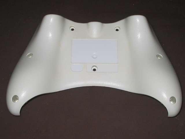 Xbox 360 コントローラー (ホワイト) 黄ばみ取り 分解した Xbox 360 コントローラー (ホワイト) のプラスチックカバー裏面、剥離したシール裏とプラスチックカバー周りの黄ばみ状態