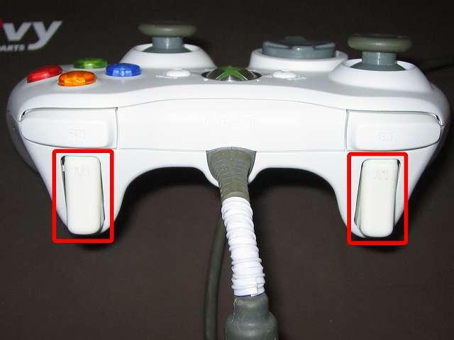 Xbox 360 コントローラー (ホワイト) 黄ばみ取り完了後の Xbox 360 コントローラー L・R ボタンと 漂白しなかった LT・RT 部分