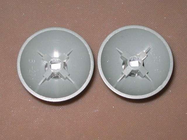 シリコンコントローラーカバー装着済み Xbox 360 コントローラーとカバー付きアナログスティックの干渉トラブル アナログスティックの軸穴に入れた、2mm×3mm にカットした綿棒のプラスチック軸