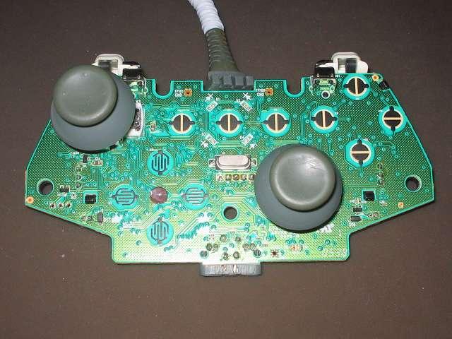 シリコンコントローラーカバー装着済み Xbox 360 コントローラーとカバー付きアナログスティックの干渉トラブル 2mm×3mm にカットした綿棒のプラスチック軸を入れたアナログスティックを、スティックコントローラーにセットして元通りに Xbox 360 コントローラーを組み直す