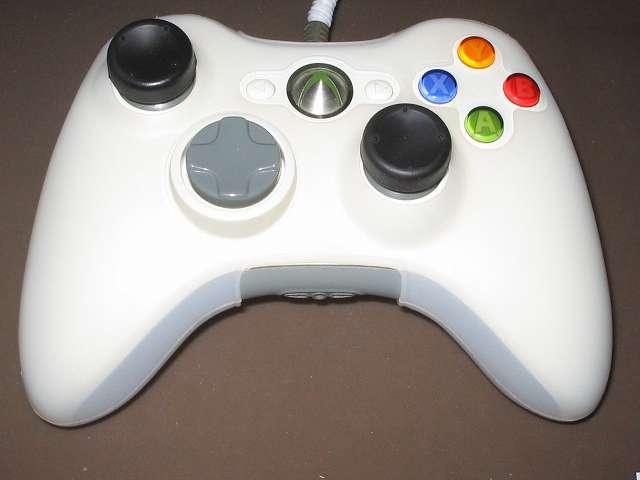 シリコンコントローラーカバー装着済み Xbox 360 コントローラーとカバー付きアナログスティックの干渉トラブル アナログスティック軸の高さ調節改造後、組み直した Xbox 360 コントローラーにシリコンことローラーカバーとアナログスティックカバーを装着してアナログスティックの干渉チェック → 干渉トラブルは解決