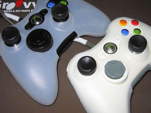 シリコンコントローラーカバー装着済み Xbox 360 コントローラーとカバー付きアナログスティックの干渉トラブル Xbox 360 コントローラーのシリコンコントローラーカバーとアナログスティックカバーの干渉トラブルは、アナログスティック軸に綿棒のプラスチック軸をカットしたものを詰めることで解決