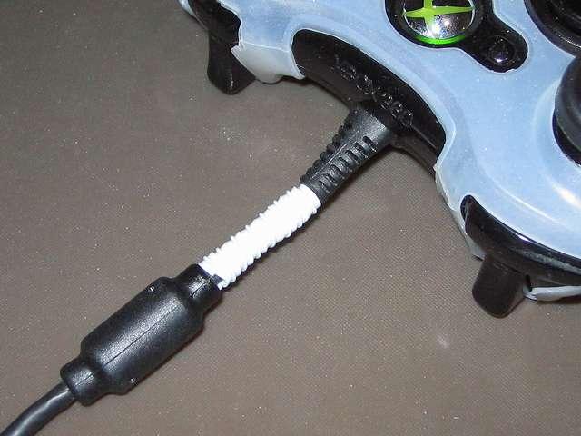 Xox 360 コントローラーケーブル 断線対策  Xbox 360 コントローラー(ブラック)に 26cm にカットした鉄線入りビニールひも 「ねじりっこ」 を巻いたところ