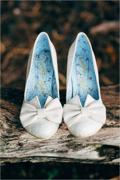 whiteweddingshoeswithbows.jpg