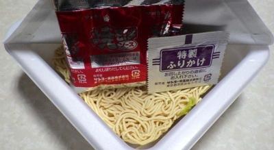 3/28発売 サッポロ一番 縁日の焼そば カップ 西味(内容物)