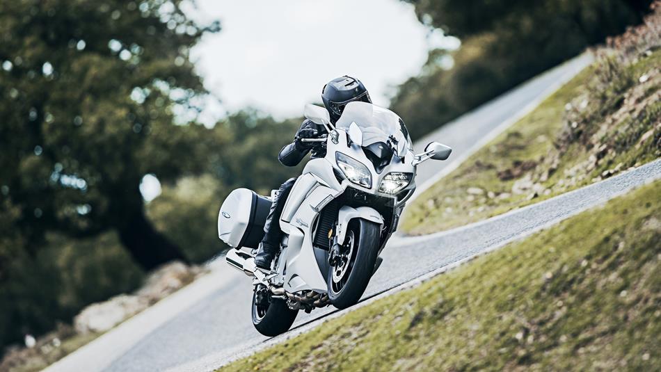 2016-Yamaha-FJR1300AS-EU-Matt-Silver-Action-001.jpg