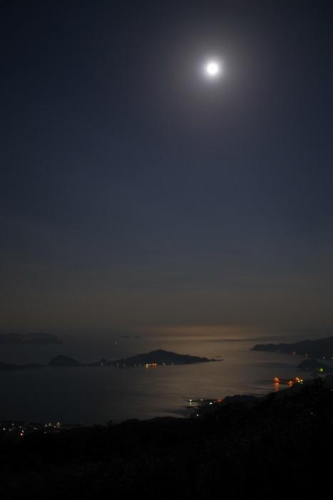 月夜に浮かぶ瀬戸内の明かり