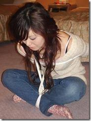 縛られてオレを見つめる嫁の顔がたまらないSMエロ画像06