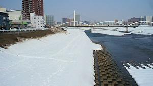 残雪の豊平川