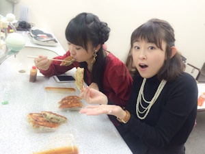 餃子を貪る橘田いずみと高橋美佳子