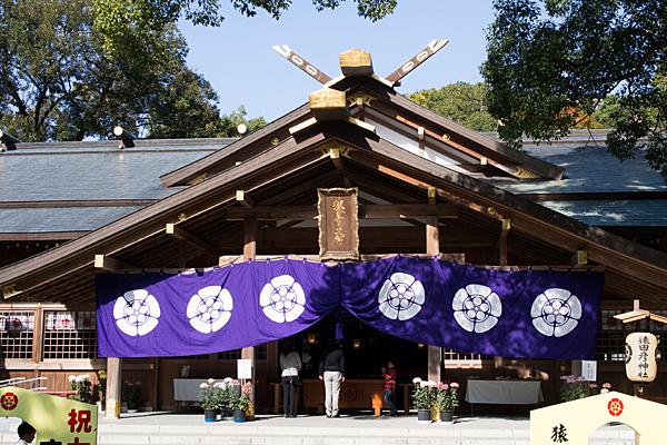 猿田彦神社拝殿前