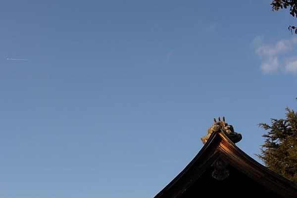 屋根と鬼瓦と西日