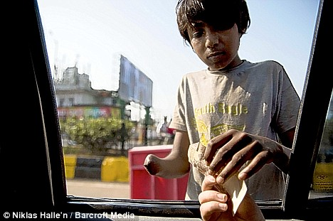 物乞いのために手足を切断されるインドの子供たち   世界の三面記事 ...