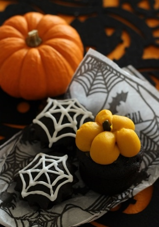 かぼちゃクリームのブラックココアカップケーキ