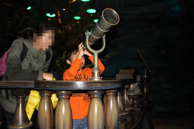 望遠鏡を覗きこむ陸ちゃん