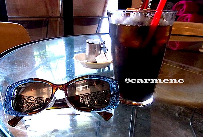 サングラスと硝子テーブル