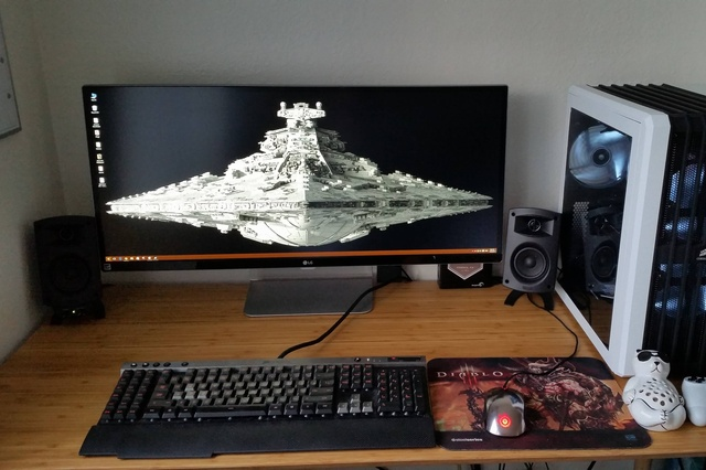 PC_Desk_UltlaWideMonitor09_08.jpg