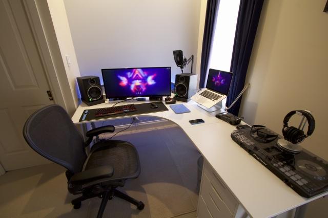 PC_Desk_UltlaWideMonitor09_15.jpg