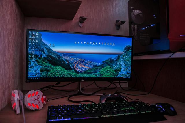 PC_Desk_UltlaWideMonitor09_88.jpg