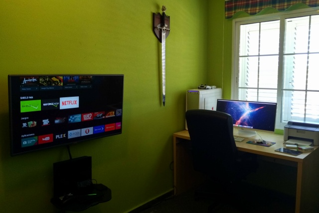PC_Desk_UltlaWideMonitor09_98.jpg